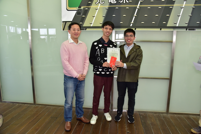 The judge, Dr. Alex Hsu, presented the First Award to 張瑞顯 and 楊凱仲.